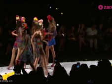 Adriana Lima surpreende na Fashion Week de NY com Desigual [Vídeo]