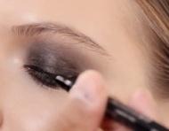 Aprende a lograr el smokey eye perfecto al estilo Dior