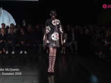 Alexander McQueen 2015, da Parigi la bellezza richiama la Geisha [Video]